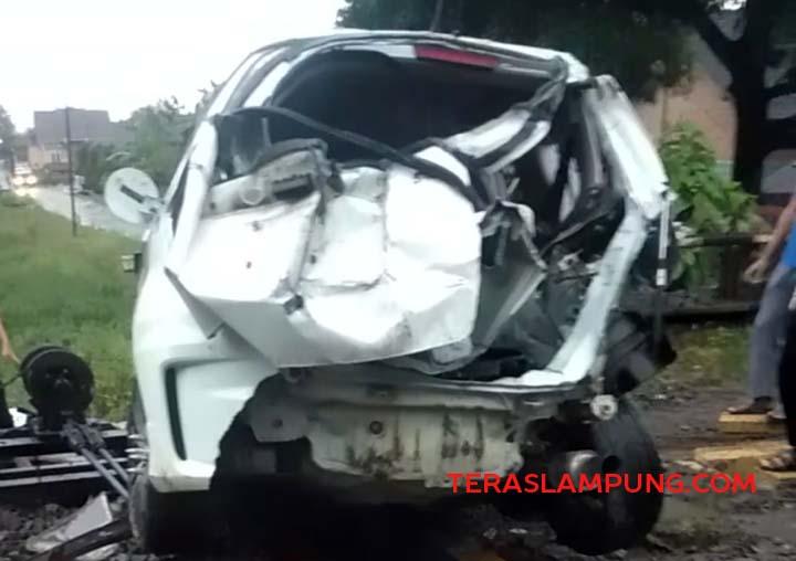 Mobil Honda Jazz ringsek setelah 'dihajar' kereta api di Desa Blambangan, Lampung Utara, Selasa petang (30/3/2021).