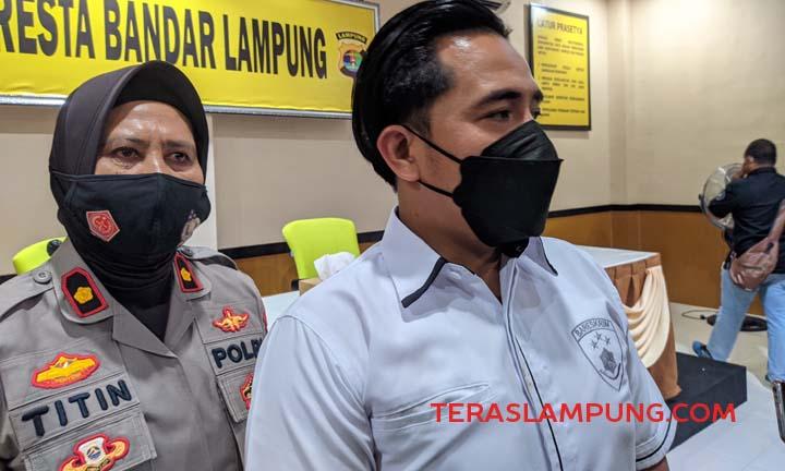 Kasat Reskrim Polresta Bandarlampung Kompol Rezky Maulana didamping Humas Polresta Kompol Titin.