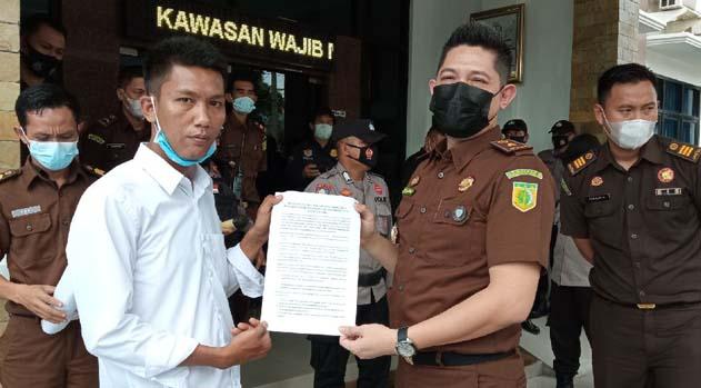 Kasi Intelijen Kejari Lampung Utara (Hafiezd) menerima tuntutan seputar polemik bilik disinfektan dari Ketua PGK, Exsadi, Kamis (31/3/2021).