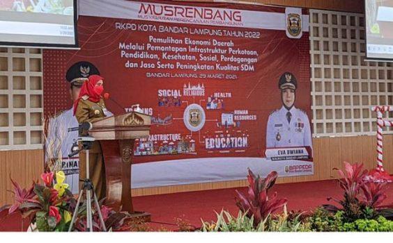 Walikota Eva Dwiana memberikan sambutan di acara Musyawarah Perencanaan Pembangunan (Musrenbang) RKPD Kota Bandarlampung 2022.