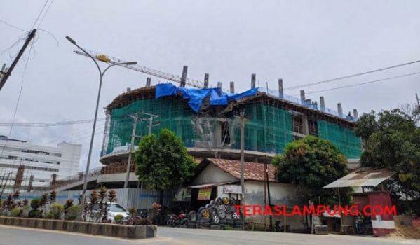 Cor-coran yang ambruk (ditutupi terpal biru) di proyek The Bay Apartemen dan Lampung City Mall di jalan Yos Sudarso, Kota Bandarlampung.