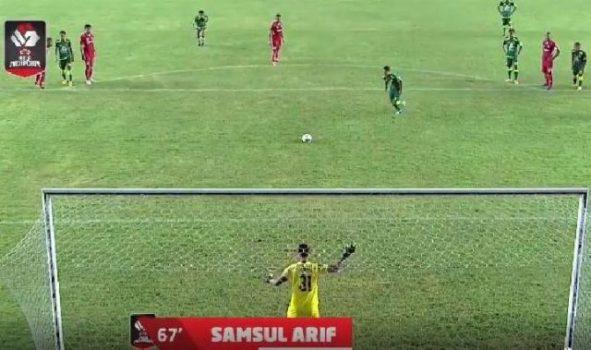 Samsul Arif ,saat mencetak gol penalti ke gawang Persik Kediri dalam laga Piala Menpora, Selasa, 23 Maret 2021. (twitter/@Liga1Match)