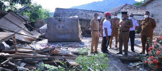 Bupati Nanang Ermanto menemui korban rumah roboh di Desa Pauh Tanjung Iman, Kalianda, Selasa (23/3/2021).