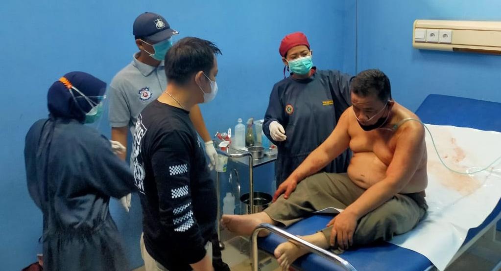 Sopir taksi online, Kurnalis Asmarantaka (51) korban penembekan di leher hingga tembus saat diberikan perawatan medis di Rumah Sakit Natar Medika (RSNM) Lampung Selatan. (foto;Ist)