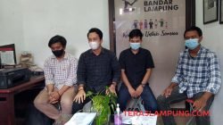 Mahasiswa Universitas Teknokra Indonesia (UTI) Lampung yang diskors dan di-DO menjelaskan kasus yang mereka alami di LBH Bandarlampung, Senin (19/4/2021).