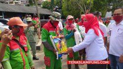 Walikota Eva Dwiana membagikan secara simbolis sembako kepada petugas kebersihan, Rabu (7/4/2021).