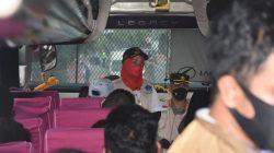 Walikota Bandarlampung Eva Dwiana turun langsung melihat petugas memeriksa surat rapid antigen di bus antarkota antarprovinsi, Rabu (28/4/2021).