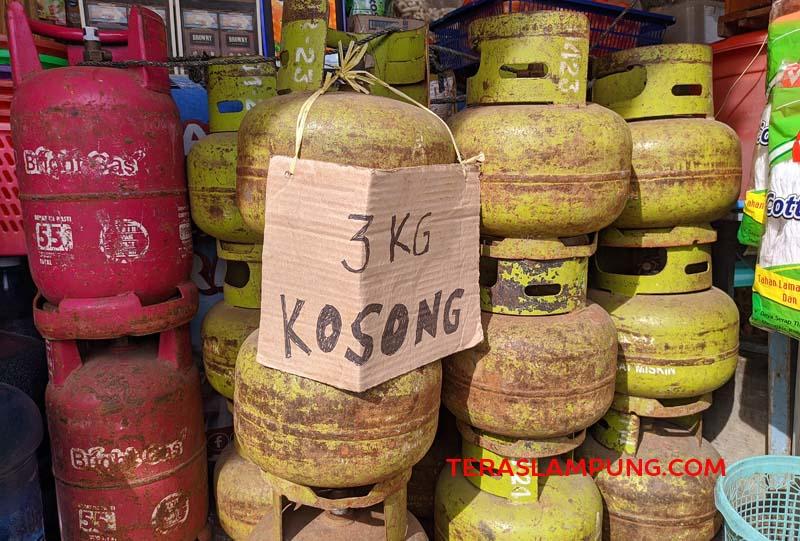 Gas tabung isi 3 kg atau gas melon langka di Bandarlampung. Banyak penjual gas melon belum mendapatkan pasokan hingga Selasa (6/4/2021). Foto: Teraslampung.com/Dandy Ibrahim