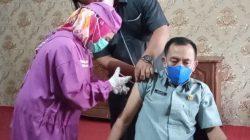 Ketua DPRD Lampung Utara, Romli, menjalani vaksinasi tahap kedua, Senin (5//2021).
