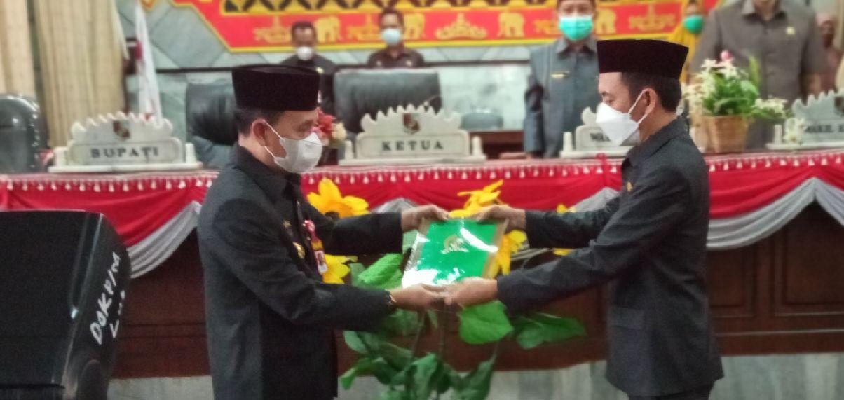 Ketua DPRD Lampung Utara, Romli menyerahkan rekomendasi hasil pembahasan Pansus LKPj 2020 pada Asisten I Sekdakab Lampung Utara, Mankodri
