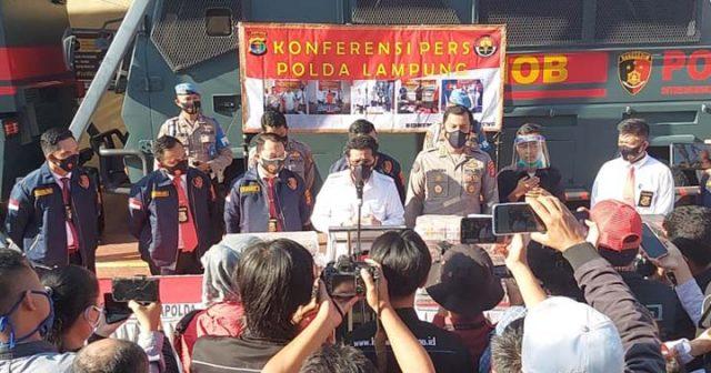 Direktur Reserse Kriminal Khusus Polda Lampung, Kombes Pol Mestron Siboro, menjelaskan kasus dugaan korupsi proyek perbaikan jalan Jl. Ir. Sutami di Lampung Timur senilai Rp147 miliar, di Mapolda Lampung, Senin, 12 April 2021.