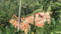 Mskipun sudah disegel Polda Lampung, tetapi penambangan Bukit Campang masih tetap berlangsung sampai hari ini (13 April 2021). Foto: Walhi Lampung