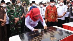 Walikota Bandarlampung Eva Dwiana menandatangani prasasti peresmian Fly-over Sultan Agung, Rabu (7/4/2021). Foto: Teraslampung.com/Dandy Ibrahim