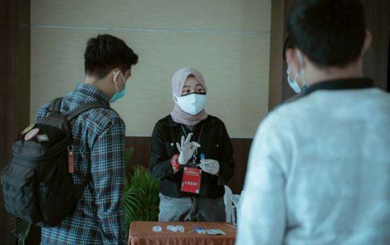 Peserta offline J&T Youngpreneur menjalankan test antigen saliva sebelum masuk ke ruangan seminar.