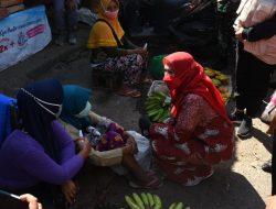 Eva Dwiana Bagikan Masker dan 'Hand Sanitizer' di Pasar Pasir Gintung