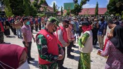 Walikota Bandarlampung Eva Dwiana menyerahkan secara simbolis rompi, masker serta insentif bagi RT, Babinsa, dan Babinkamtibma, pada Apel Siaga Satgas Covid-19 Kecamatan Telukbetung Utara di halaman SMPN 16, Jumat 16 April 2021.