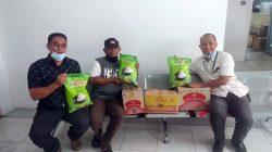 Chairul Saleh (kiri) dan Syech Hud Ismail mewakili Manajemen Simpur Center memberikan bantuan sembako ke Ketua RT 03 Lingkungan II Kelurahan Tanjungkarang, Abdiansah Idris yang warganya terpapar Covid-19.