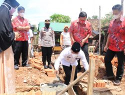 Walikota Metro Letakkan Batu Pertama Bedah Rumah di Yosomulyo