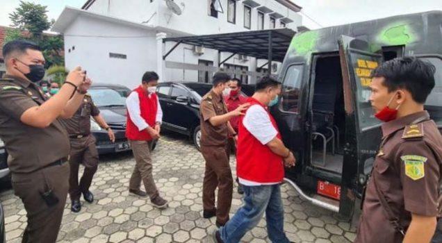 Kepala Dinas Pendidikan Kabupaten Tulangbawang, Nassarudin, digiring menuju mobil yang akan membawanya ke Rutan Menggala, Selasa (20/4/2021). Foto: Ist/Kejari Tulangbawang