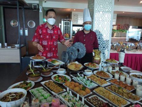 Manager Food and Beverage Emersia Hotel Reggy Meller dan chief andalan Emersia Hotel menunjukkan menu buka puasa yang akan disiapkan selama bulan Ramadan 2021.