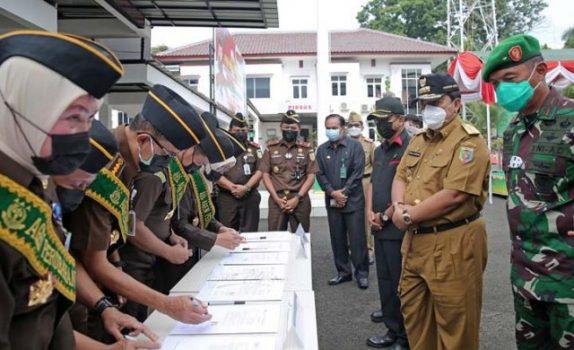 Gubernur Arinal Djunaidi (kanan) menyaksikan para jaksa menandatangani Deklarasi Pencanangan Zona Integritas di Kejati Lampung, Selasa (6/4/2021).