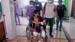 Tim Resmob Subdit III Jatanras Ditreskrimum Polda Lampung membawa tersangka Riyan Sputra (26), buronan pelaku pencurian di rumah perwira polisi Polda Lampung yang dihadiahi timah panas di kedua kakinya. (Foto: Ist)