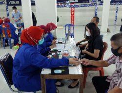 Pedagang dan Karyawan Simpur Center Menerima Suntikan Vaksin Covid-19