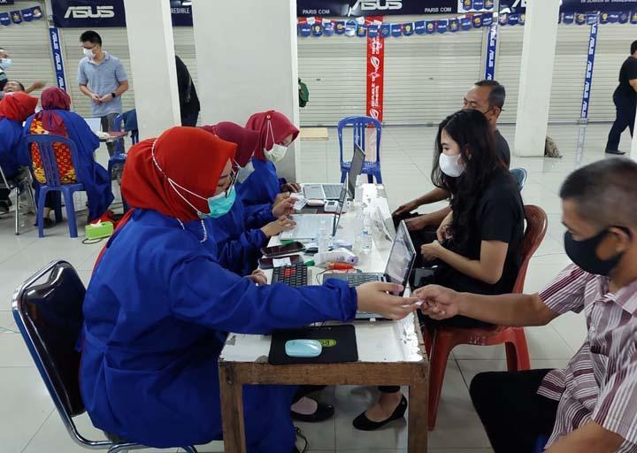 Pelaksanaan penyuntikan vaksin Covid-19 dosis pertama di Mall Simpur Center bagi karyawan dan pedagang.