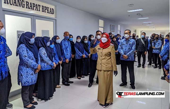 Walikota Bandarlampung Eva Dwiana sidak di Kantor BAKD, Senin pagi (17/5/2021).