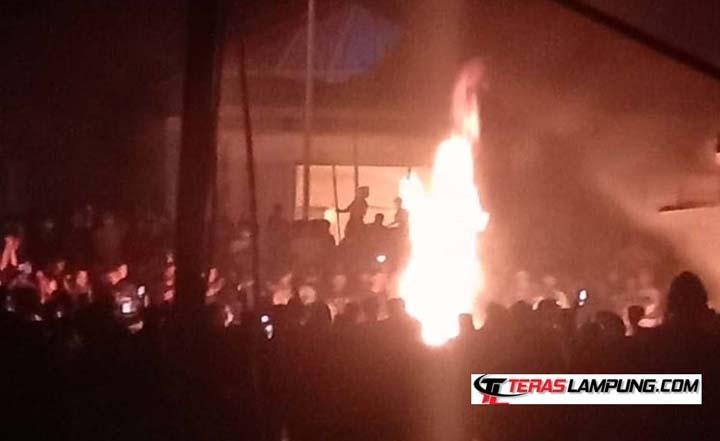 Api melalap bangunan Kantor Polsek Candipuro, Lampung Selatan, Selasa tengah malam, 18 Mei 2021.