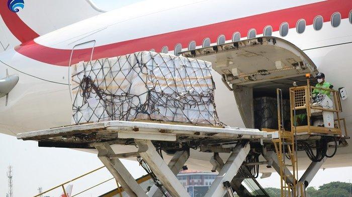 Vaksin Sinopharm sebanyak 517.600 dosis bantuan Pemerintah Uni Emirat Arab tiba di Bandara Soekarno Hatta, Sabtu siang (1/5/2021). Foto: dok Kementerian Kominfo