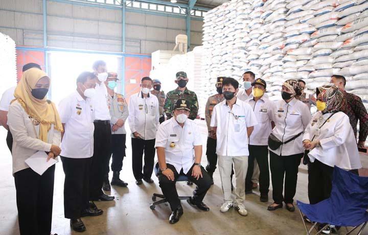 Gubernur Lampung Arinal Djunaidi meninjau stok beras di Gudang Beras Bulog Lampung di Jl. Ir. Sutami Bandarlampung, Rabu (5/5/2021).