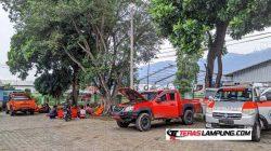 Tim Basarnas Lampung beristirahat di halaman SMA N 6 Bandarlampung, Senin siang (17/5/2021), usai melakukan pencarian di sungai di bawah jembatan kereta api Garuntang. Foto: Teraslampung.com/Dandy Ibrahim