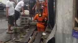 Basarnas mencari Syakil (4) yang hanyut di selokan depan Gang Damai, Kelurahan Kampung Sawah Lama.