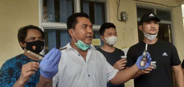 Wakil Direktur Reserse Kriminal Umum Polda Lampung, AKBP Adrian Indra Nurinta menunjukkan barang bukti yang disita dari pelaku begal Alm, warga Lampung Timur, Selasa (25/5/2021).