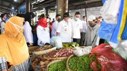 Walikota Eva Dwiana bersama Gubernur Arinal Djunaidi meninjau Pasar Pasirsintung, Bandarlampung, Rabu (5/5/2021).