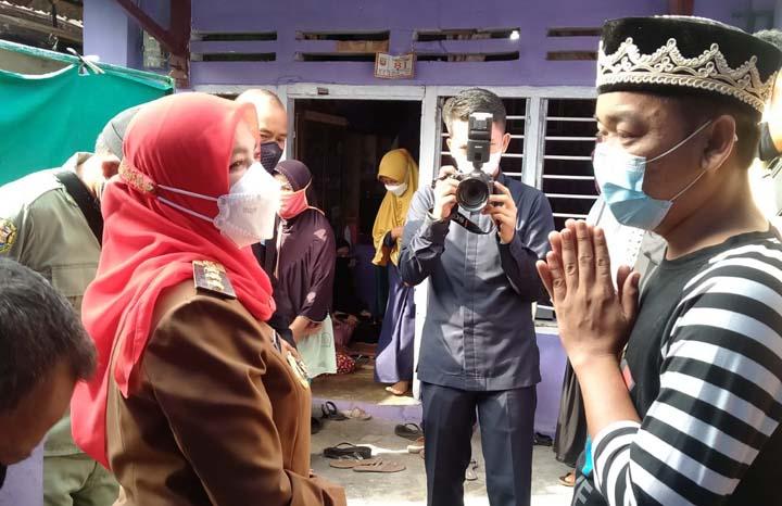 Walikota Eva Dwiana mengunjungi keluarga korban dan bertemu ayah almarhum Shakel di Kelurahan Kebonjeruk, Tanjungkarang Timur, Bandarlampung, Selasa pagi (18/5/2021).