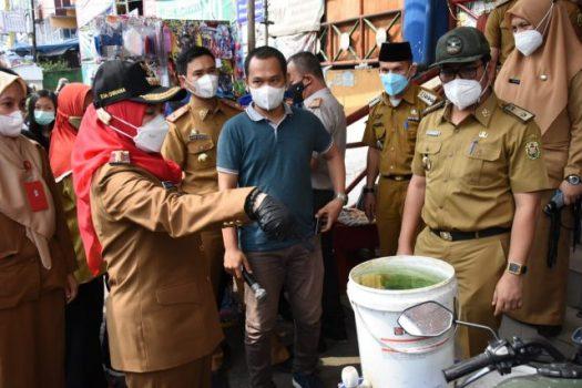 Walikota Eva Dwiana melihat fasilitas cuci tangan di Ramayana yang berlumut.