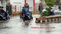 Pemkab Lampung Utara Lamban Atasi Genangan Air Tinggi di depan Kantor Telkom