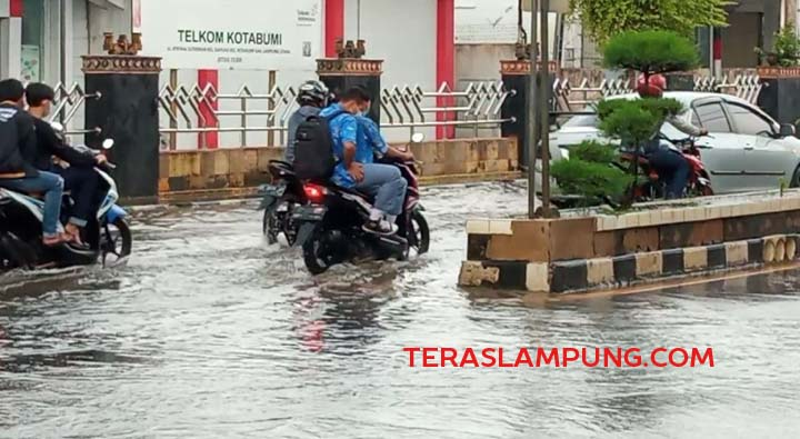 Genangan air yang terjadi di Jalan Jenderal Sudirman Kotabumi saat hujan turun.