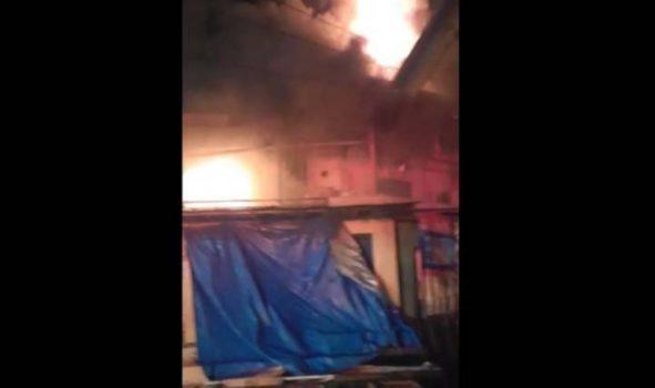 Lapak es degan di dekat Pasar Cimeng Bandarlampung terbakar, Jumat malam (7/5/2021).