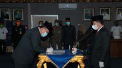 Bupati Budi Utomo menyaksikan penandatanganan berita acara yang dilakukan oleh Sofyan usia dilantik sebagai Asisten III