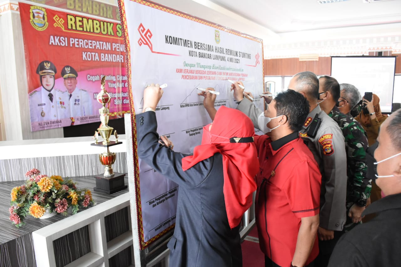 Walikota Eva Dwiana menandatangani komitmen bersama Rembuk Stunting, Selasa (4/5/2021).