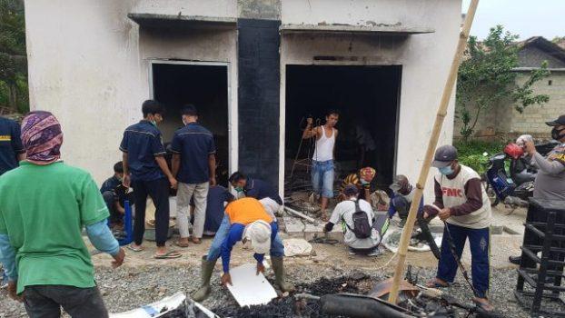Warga Kecamatan Candipuro bergotong royong membantu aparat kepolisian membersihkan sisa-sisa barang yang masih berserakan di sekitar bangunan Mapolsek Candipuro.