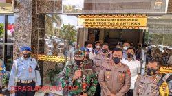 Danlanud Pangeran M. Bun Yamin Lampung Letnan Kolonel Nav Yohanas Ridwan, menjelaskan ke awak media kasus tertembaknya salah seorang anggotanya. Foto: Teraslampung.com/Dandy Ibrahim