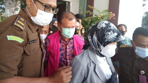 Edi Yanto (tengah, baju dan rompi merah) keluar dari Kantor Kejati Lampung untuk menuju ke rumah tahanan, Selasa (23/6/2021).