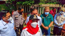 Walikota Eva Dwiana menjelaskan pelaksanaan vaksinasi bagi lansia di kelurahan-kelurahan.