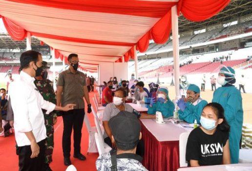 Presiden Jokowi meninjau pelaksanaan vaksinasi massal yang digelar di Stadion Utama Gelora Bung Karno, Senayan, Jakarta, Sabtu (26/06/2021). (Foto: BPMI Setpres/Rusman)