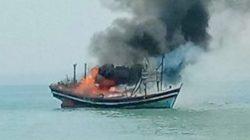 Kapal nelayan trawl KM Sekar Tanjung yang menangkap ikan diduga menggunakan pukat harimau di perairan Teluk Semaka, Tanggamus dibakar oleh puluhan nelayan tradisional atau nelayan pancing setempat, Minggu (13/6/2021) pagi. (foto: Dok Pos Polairud Kota Agung)