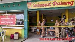 Penyegelan RM Sate Luwes di Jalan Soekarno- Hatta (By Pass) Bandarlampung, Senin (14/6/2021). Foto: Teraslampung.com/Dandy Ibrahim